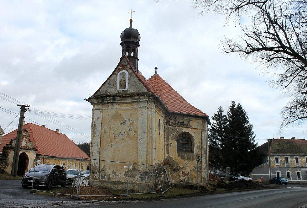 Opravy vrcholně barokní památky trvají několik let. Na starosti je má město Hostouň, které kapli od církve dostalo a shání potřebné peníze.