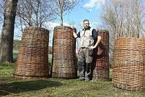 Košíkář Zdeněk Pikal z Hostouně na snímku dokončuje pět gabionů. Proutěné koše už odvezl na velhartický hrad, kde se připravuje interaktivní výstava o třicetileté válce.