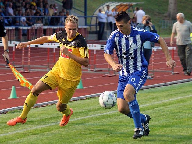 Třetiligová Jiskra Domažlice postupuje v poháru přes prvoligové Dynamo České Budějovice. Jedním z těch, jimž zápas vyšel, byl domažlický Jan Matas, který na snímku zastavuje pronikajícího Františka Němce.