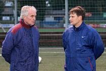 Trenér Jiskry Domažlice Zdeněk Michálek s asistentem Romanem Vyletou na tréninku.