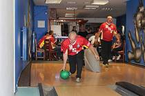 Tým B.S.P. (vlevo Petr Vogeltanz, vpravo Miroslav Minařík) ve čtvrtém kole Domažlické bowlingové ligy porazil Dobrý ročník 3:0.