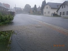 DRAŽENOV se po středečním přívalovém dešti proměnil ve velké řečiště. Voda zaplavila sklepy tří domů.