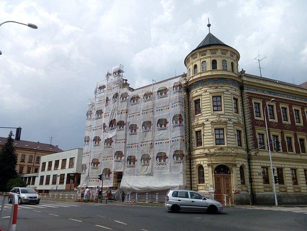 Začaly opravy na budově bývalé dívčí školy vDomažlicích.