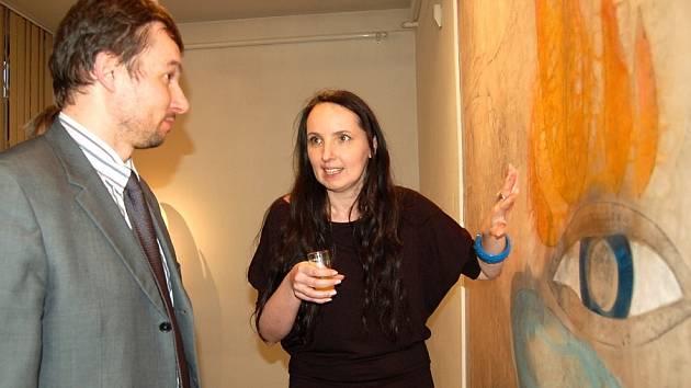 Dnes v podvečer začala v Galerii bratří Špillarů v Domažlicích výstava výtvarnice z České Břízy - Sam. Na snímku s místostarostou Domažlic Pavlem Wolfem.