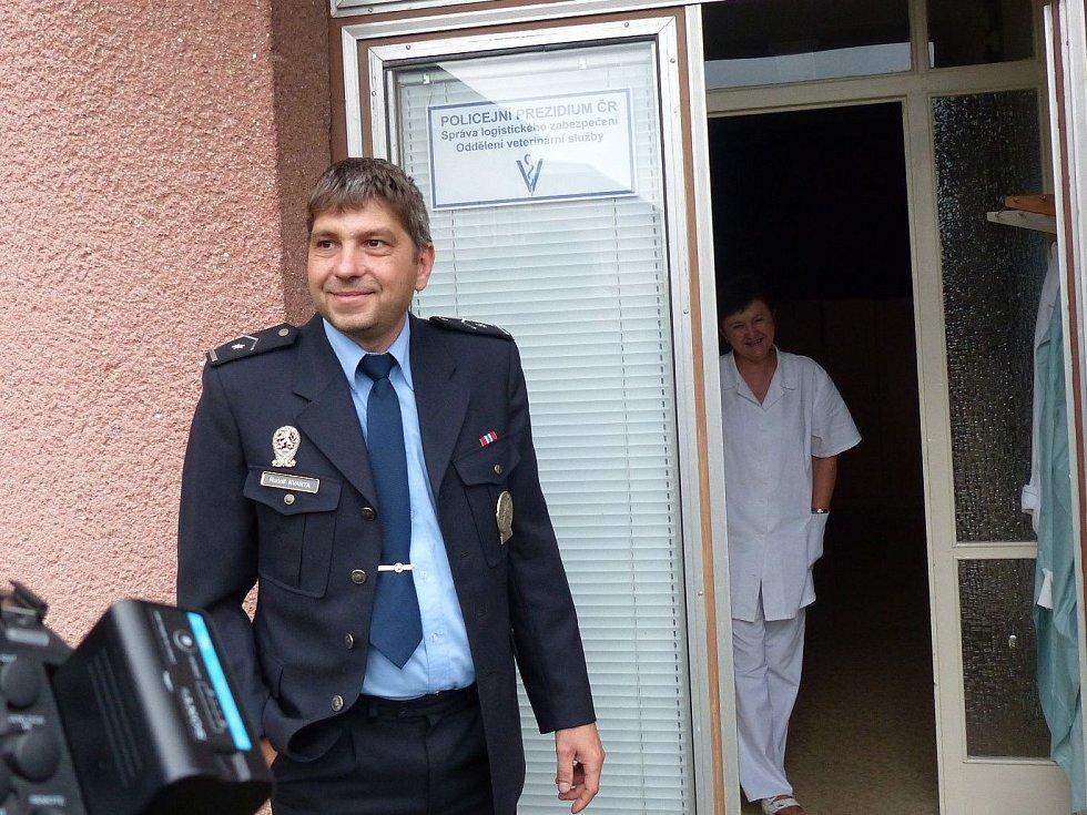 Tam už na ně čeká krajský šéf policejních psovodů Rudolf  Kvanta.