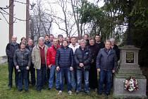 Újezdští u památníku v Plzni.