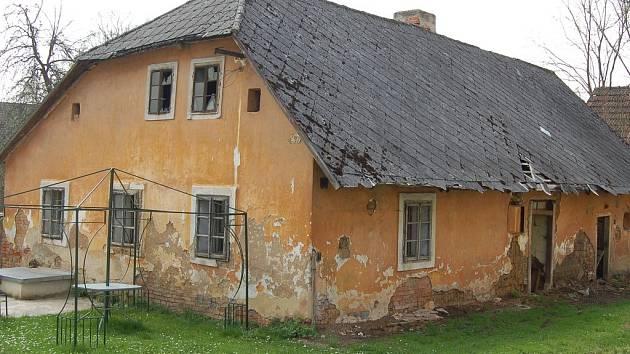 Tuto ruinu domu v Kanicích, který byl postaven na konci devatenáctého století, bránili památkáři dlouhá léta. Nyní konečně souhlasí s jeho demolici.