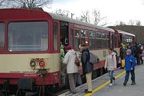 Lokálky zajišťují na trati Domažlice-Tachov osobní dopravu. Snímek ze zastávky Domažlice-město.