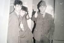 Kamarádi z VÚ 5514 v Písku na snímku z 4.12.1989 (J. Anderle vpravo).