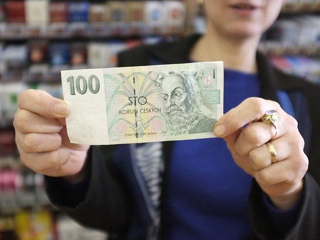V trafice na domažlickém náměstí ukazuje Zdeňka Paulinová stokorunu. Padělky těchto bankovek se objevily na Domažlicku.