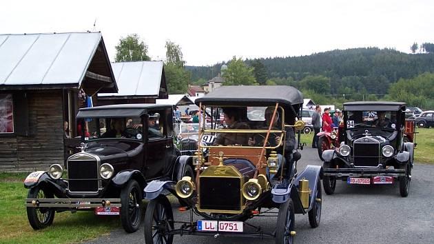 NEJSTARŠÍ AUTO. Takový Ford T, jaký je na našem snímku uprostřed, je nejstarším přihlášeným strojem. Vyroben byl v roce 1911.
