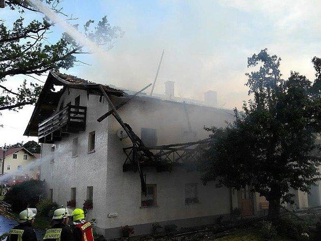 Hasiči z Domažlicka pomáhali německým kolegům v boji s požárem zemědělské usedlosti