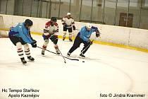 Staňkovští hokejisté (v modrém z utkání proti Kaznějovu B) prohráli v okresním derby s Holýšovem 3:5.