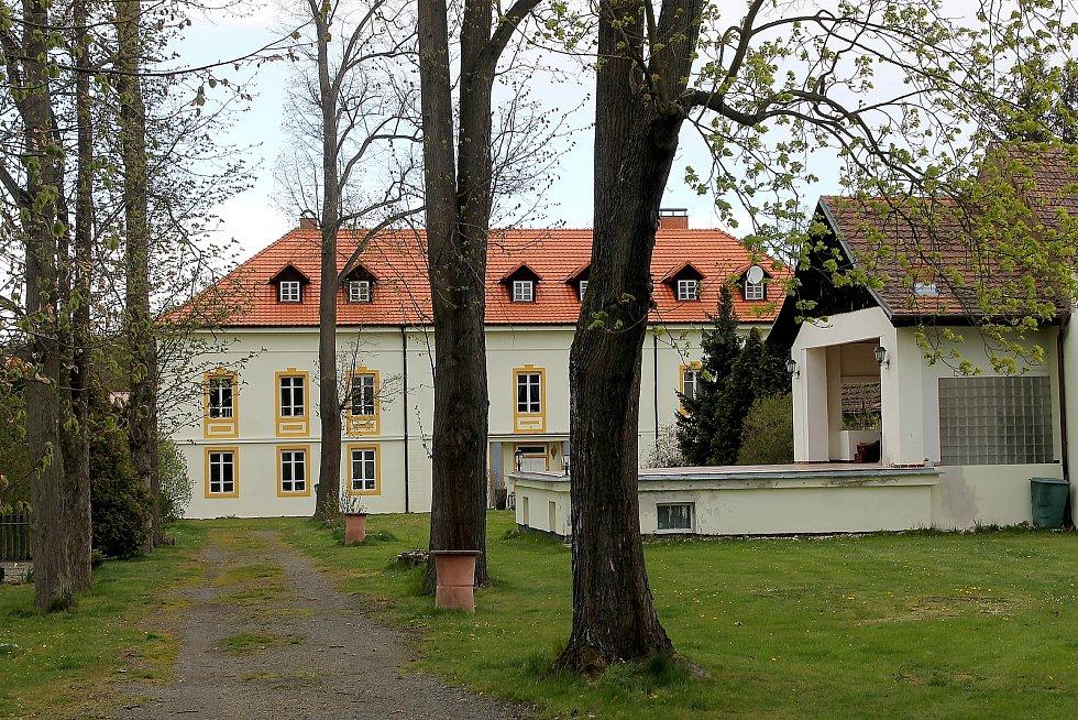 Kaple svatého Jana Nepomuckého v Chotiměři dříve patřila k zámku (na snímku). V roce 2010 ji dostala obec, která se o ni stará.