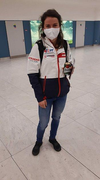 Kateřina Razýmová na letišti při přesunu do Rovaniemi.