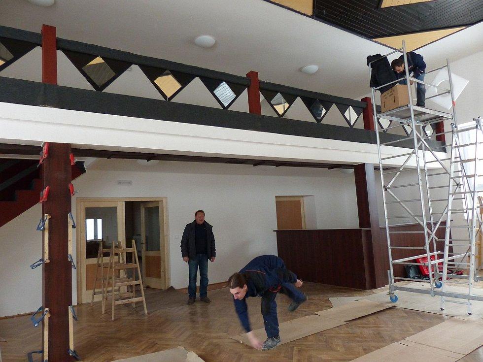 V pátek 6. února se v kulturním domě finišovalo.