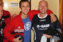 Fotbalisté Slavoje Koloveč B (na snímku Šlajs s Pluhařem) mají důvod k úsměvu. Vedou tabulku.