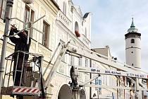 Pracovníci Domažlických technických služeb začali s instalací světelné vánoční výzdoby.