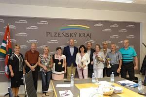 Úspěšní seniorští sportovci na setkání s hejtmanem Plzeňského kraje.
