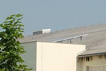 SOLÁRNÍ PANELY jsou od loňska i na střeše domažlického zimního stadionu.