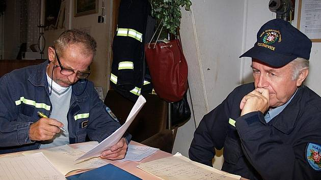 Václav Ponocný st. a Bohumil Faul při velitelském dni v Orlovici v září 2008.