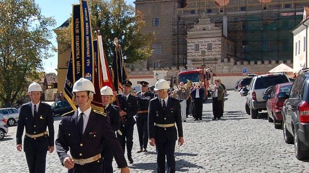 Horšovskotýnští hasiči oslavili v sobotu odpoledne 135. výročí založení sboru. Součástí oslav byl průvod městem s prapory, muzikou a nechyběla ani požární technika.