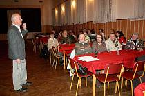 Karel Iha z kdyňské zahrádkářské organizace přednášel na oslavě MDŽ v Černíkově o tom, jak pečovat o zahrádku.
