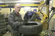 Technici pneuservisů mají v říjnu plné ruce práce.