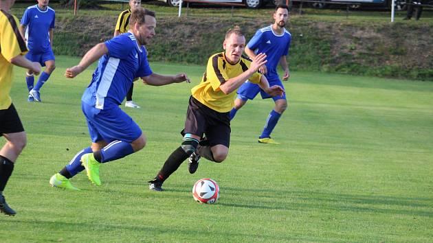 SK Krchleby (ve žlutém) - Dynamo Studánka (v modrém) 2:2, na PK 3:4. O bodu navíc rozhodli v Krchlebech až brankáři.