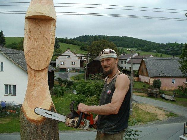 Řezbář Ondřej Drábek z Choustníku u Tábora vytvořil v Chodské Lhotě sousoší symbolizující život na vesnici.
