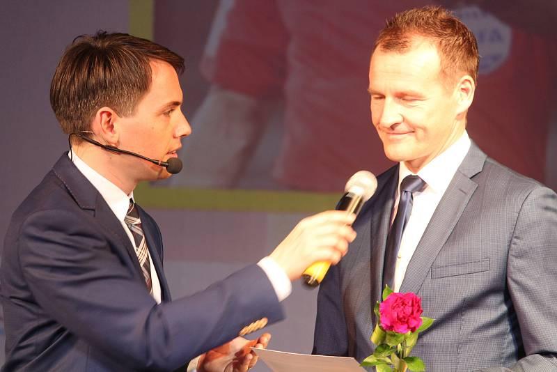 Osobnost do síně slávy: mezinárodní rozhodčí Pavel Královec (vpravo).
