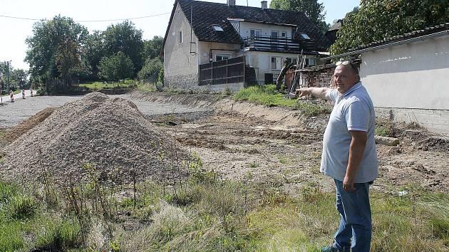 Na pozemku směrem na Pec vzniká nový areál technických služeb. Na snímku je starosta obce Petr Mleziva.