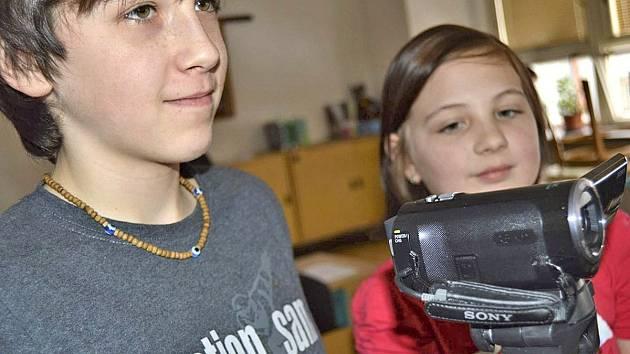Bělští školáci se učili v rámci projektu filmovat. Do tajů je zasvětili poběžovičtí učitelé Hana Teplá a Petr Lehner.