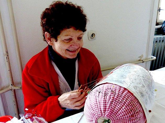 HELENA LORENZOVÁ předváděla paličkování velikonočních vajíček na výstavě v trhanovském zámku.