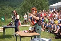 Z KLÁNÍ DŘEVORUBCŮ. Domácí Zbyněk Weninger pravidelně reprezentuje Pec nejen v soutěži mistrů pil O pohár LST, ale také v závodě tažných koní Podčerchovská rozporka.