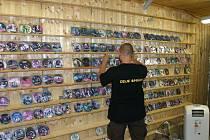 Z kontroly stánku v tržnici Folmava, kde Vietnamec prodával vlastnoručně vyrobená CD.