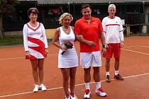 TENISOVÁ SVATBA. Tu si vychutnali na babylonském tenisovém kurtu Lenka Kocábová a Milan Gosler z Plzně. Oba, stejně jako jejich svědci, absolvovali obřad v tenisovém oblečení.