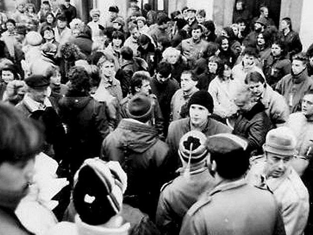 Stovky lidí se v listopadu před dvaceti lety denně scházely na domažlickém náměstí. Dochovalo se ale žalostně málo snímků.