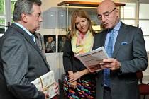 BELGICKÝ VELVYSLANEC Grégoire Vardakis si prohlíží Holýšovský zpravodaj, na jehož titulní straně je fotografie nedávno zesnulého José Schindfessela, belgického válečného veterána, který Holýšov pravidelně navštěvoval.