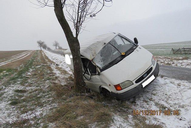 Řidič dodávky nepřizpůsobil rychlost jízdy, dostal smyk a narazil do stromu.
