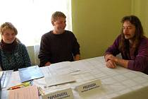 V Hříchovicích byla nejmenší volební místnost, již jsme navštívili. Otevřete dveře, vpravo stůl, vlevo hned příjemně sálající kamna. Předsedu komise Josefa Odvody jsme nezastihli. Uvítali nás (zleva) Martina Plasová, Jaroslav Sokol a Josef Kamen,