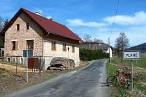 Torzo bývalé vsi Pláních, vlevo bývalá hospoda.