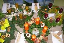 Zítra zapálíme první svíčku na adventním věnci.