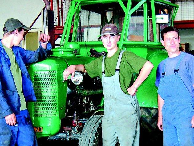 Studenti, kteří soutěžili v jízdě zručnosti traktorem