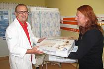 Primář dětského oddělení František Zahálka přebírá jeden z  šesti nových monitorů dechu.