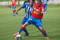 JUNIORKA VIKTORIE se proti Jiskře posílila o hráče z A – mužstva, mimo jiné o Jakuba Horu. Na snímku s ním je Petr Mužík.