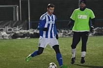 Obránce Michal Mlynařík u míče v utkání Domažlice -Čížová, které Jiskra vyhrála 3:1.