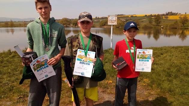 STUPNĚ VÍTĚZŮ. Tři nejlepší dětští závodníci získali diplomy.