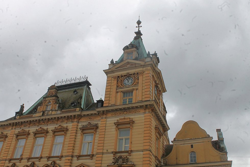 Věžní hodiny pro domažlickou radnici vyrobila v roce 1892 firma Ludvíka Hainze, od té doby se o jejich chod stále stará.