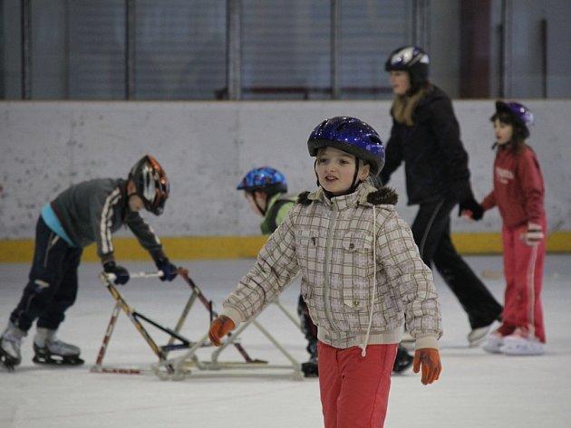 ZIMNÍ STADION v Domažlicích využívají kromě hokejistů i další sportovci, školy pro výuku bruslení i široká veřejnost v rámci volného bruslení.